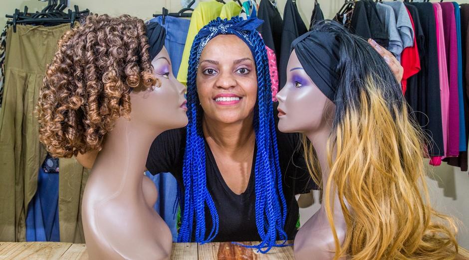 empresária produz turbante com cabelo para pessoas com câncer