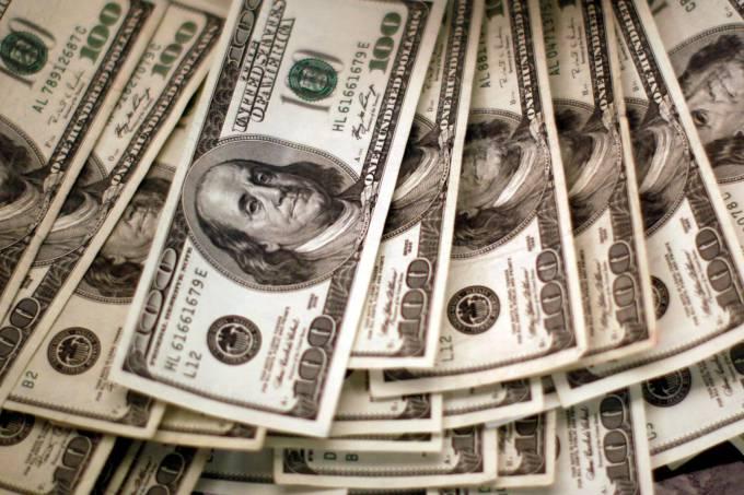 dólar cai pela sexta vez consecutiva e fecha na mínima em um mês