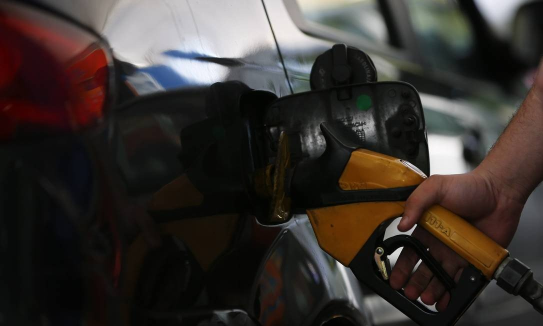 pela terceira vez no mês, petrobras baixa preço dos combustíveis em 3% nas refinarias